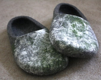 Very Organic Felted wool slippers in natural dark grey colour and moss texture