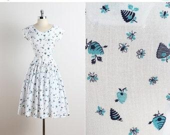 30% SALE Bee's Knees . vintage 1940s dress . vintage novelty print dress . 5621