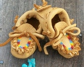 ON SALE Beaded baby moccasins ,  Newborn baby moccasins