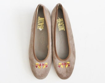 back to school sale // Vintage 80s Slip On Loafers - Taupe Leather 8M Women - Beacon Embroidered Leaf Pattern