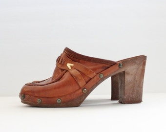 30% off sale // Vintage 70s Whiskey Brown Leather Clog Faux Wood Sole Heels // Women 5M // Enrico Sergio
