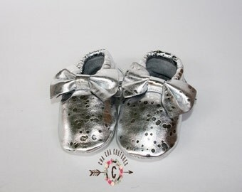 wow!  METALLIC silver BOWS Moccasins 100% genuine leather baby moccasins Mocs moccs