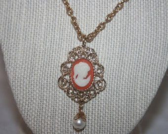 Vintage Sarah Coventry Ladies Necklace Cameo Pearl Pendant with Gold Tone Chain