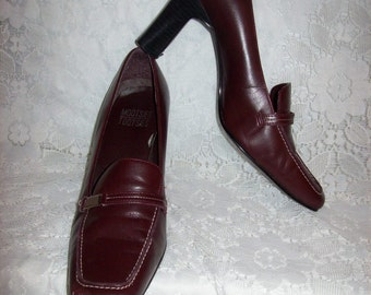 SAlE 40% Off Vintage Ladies Burgundy Leather Loafer Pumps by Mootsies Tootsies Size 8 1/2 Now 3 USD