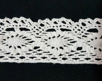 Off white 100% cotton lace trim. 35mm. One metre.