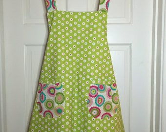 Fully reversible no strings apron with pockets