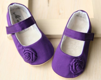 Purple baby girl shoes, deep purple baby slippers, crib shoes, violet mary jane with flower, elegant dressy shoes