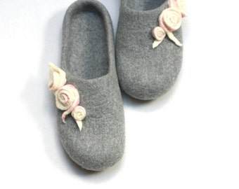 Women house shoes - felted wool slippers - Wedding gift - light grey with white pink roses