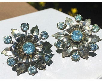Silver Tone Daisy with Aquamarine Blue Rhinestone Accents Screw Back Earrings, Vintage Silver and blue earrings