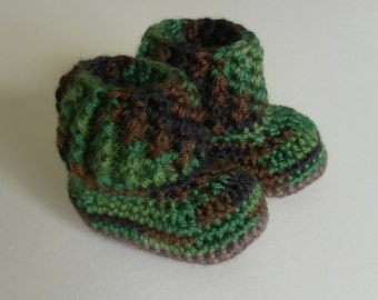 Crochet baby booties for babies age 3-6 months. Camofluage with brown sole.