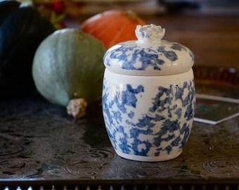 pot et couvert en céramique de couleur bleu et blanc  , fait main