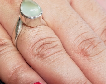 Great designed Gemstone Ring with a green pear drop shaped Prehnite - Sterling Silver 925 size 7.5 (GR43)