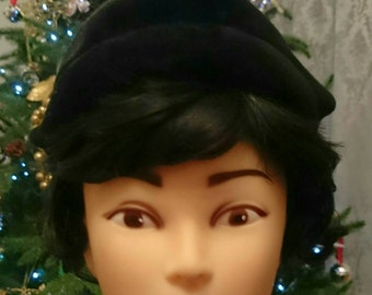 Original Vintage Late 40s 50s black velvet skull cap half hat. Size Medium.