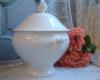 Antique french white Paris porcelain soup tureen with lid. Antique white porcelain tureen. Romantic french decor. Jeanne d'Arc living.