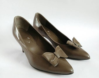 CLEATANCE High heel shoes 1980's vintage shoes leather shoes bow detail slipon shoes khaki ladies shoes gifts for her size 4.5