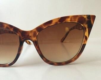 Vintage 1980's dead stock cat eye tortoise sunglasses!