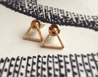 Triangular earrings in gold, rhodium-plated, with structure