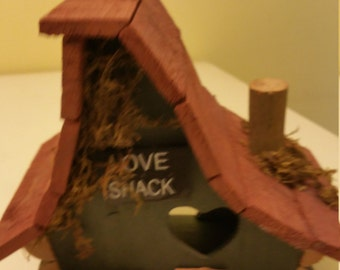 Show the birds how much you love feeding them with the LOVE SHACK