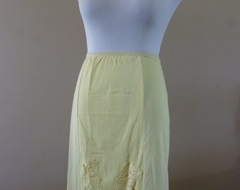 1950's Yellow Nylon Vintage Half Slip with Lace Trim and Lace Flower Appliques Size XS-S BT-425Y