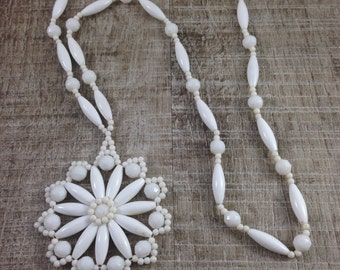 Vintage Estate White Lucite Beaded Flower Pattern Necklace