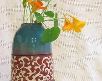 Vase ceramic terracotta with ornamentation. כד לפרחים מטרקוטה, גלזורה טורקיז, ציור בסליפ לבן