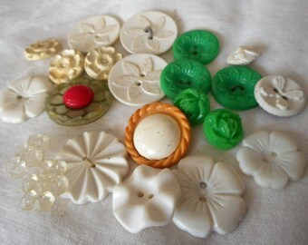 Lot of 22 VINTAGE Flower+ Plastic BUTTONS