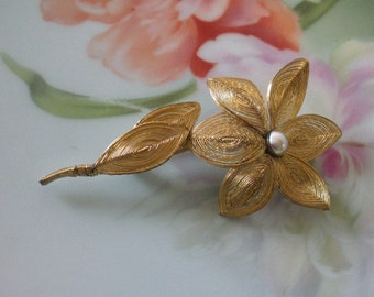 Vintage Gold Wire FLOWER Wrapped Spun Gold Brooch Pin Gray Faux Pearl Center