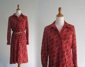 Cute 70s Belt Print Dress in Red Jersey - Vintage Shirt Dress with Equestrian Print - Vintage 1970s Dress M L