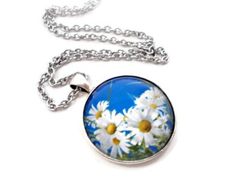 White Daisy Necklace, Daisy Pendant, Blue and White Necklace, Gifts Under 20, Flower Pendant, Spring Jewelry, Summer Jewelry, 18 inch