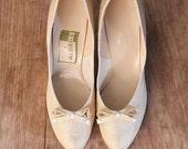 15 DOLLAR SALE! // vintage cream woven silk heels - 1950s ladies bow pumps / Aldens shoes - 1960s summer linen heels / 50s mid heel shoes