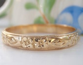 Vintage Art Deco Orange Blossom Raised Pattern Wedding Band. 18K Solid Gold. Pretty Stacking Ring.