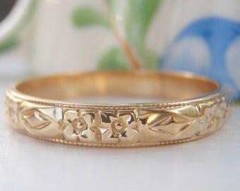 Vintage Art Deco Orange Blossom Raised Pattern Wedding Band. 18K Solid Gold. Pretty Stacking Ring.