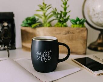 Tasse à café noir mat, une inscription en calligraphie une tasse de café en céramique tasse à café, tableau tasse de café, mais la première tasse de café la sagesse imprimable
