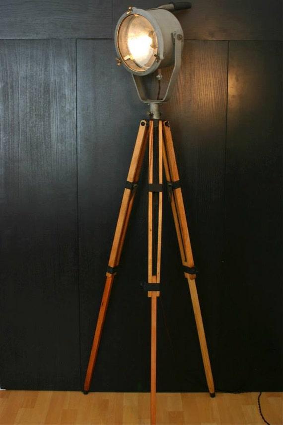 articles similaires ancienne lampe tr pied industriel loft lampe de plancher sur etsy. Black Bedroom Furniture Sets. Home Design Ideas
