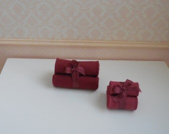 1:12 DOLLHOUSE  Towels set with ribbon. Available for bath towels and hand towels. Bordeaux