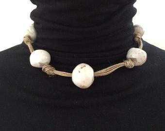 "Collier en fil de lin beige naturel et perles de céramique ""RAKU"" (1)"