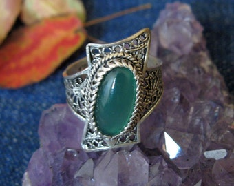 Silver filigree green stone set ring