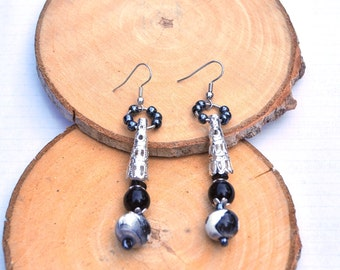 Earrings in white, black and silver