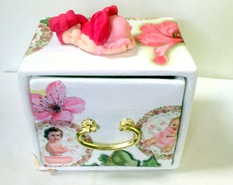 Mini rackmount / white/carton/fact hand/figure baby girl /porcelaine cold/fuchsia/gift girl / vintage-cardboard-jewelry box