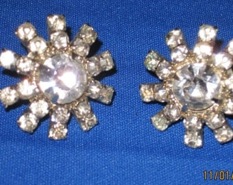 Flower shaped rhinestone srew-in earrings