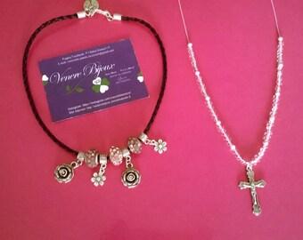 Collane con charms, fiori e crocifisso