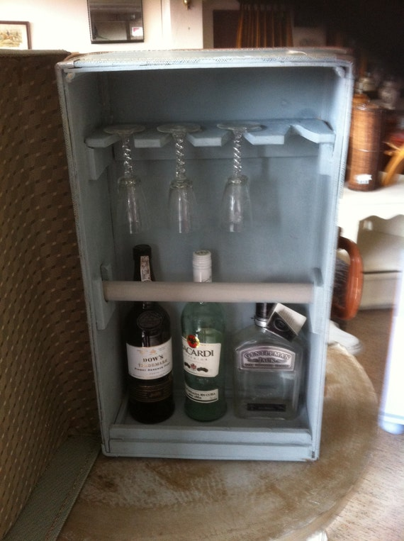 weirdstuffantiques retro mini bar using vintage suitcase. Black Bedroom Furniture Sets. Home Design Ideas