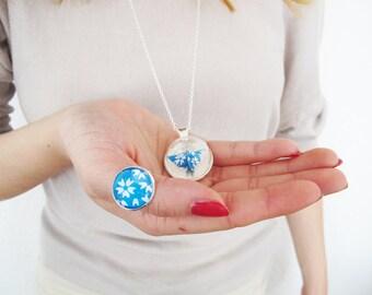 Bijou en origami. Collier origami. Petit papillon en origami turquoise et blanc - dôme verre 2,5 cm & collier plaqué argent 925.
