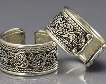 Great handmade Tibetan silver ring decorated with flowers.