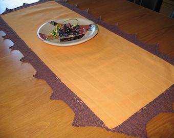 Tischläufer in gelb mit brauner Filethäkelspitze