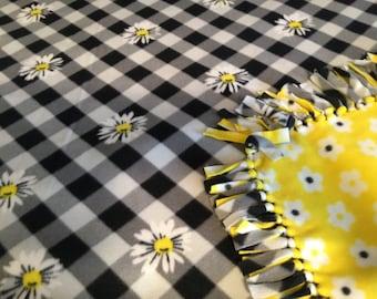 Daisy Fleece Tie Blanket