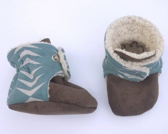 Slate blue baby booties with pale grey arrows. Modern and fresh design!
