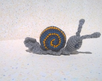 Mr. snail with his very colorful House of blue and yellow amigurumi/zoogurumi Cévennes