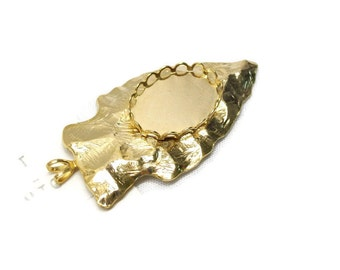 1 piece vintage hammered gold arrowhead pendant with 18x13 lace edge setting by Greigers Lapidary, 1930-1972.
