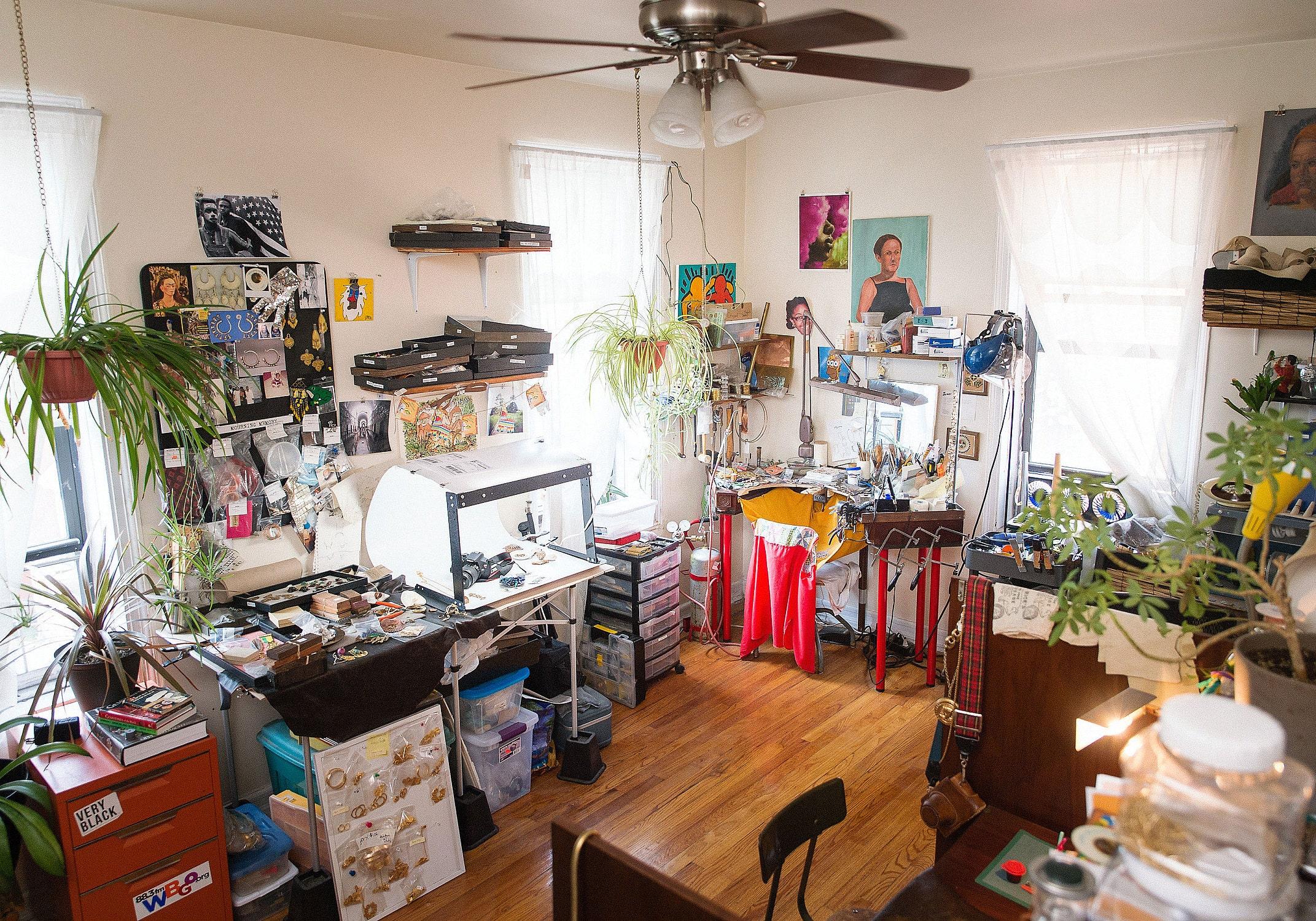 Lingua Nigra's jewelry studio, broad shot